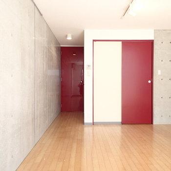 ドアはレッドで※写真は1階の同間取り別部屋のものです