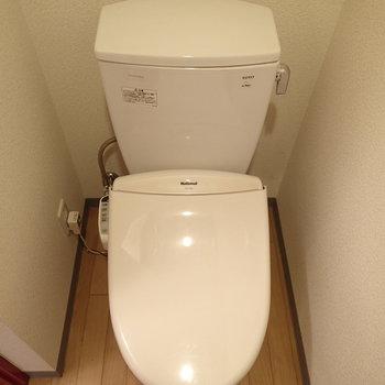 トイレはシンプル。洗面台を見ながら座ります※写真は1階の同間取り別部屋のものです