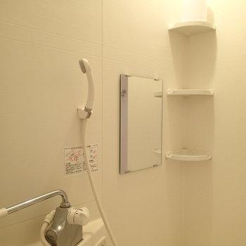小さいですが鏡もシェルフもあります!※写真は1階の同間取り別部屋のものです