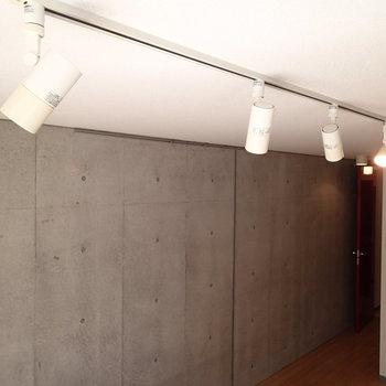 照明はライティングレール※写真は1階の同間取り別部屋のものです