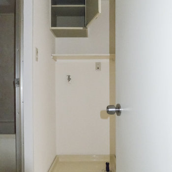 次に水回りを。洗濯機置場の上に棚があるのは助かりますね。※フラッシュを使用して撮影しています