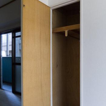【4.5帖洋室】収納は小さめ。ハンガーラックなどを用意しましょう。※写真は通電前のものです