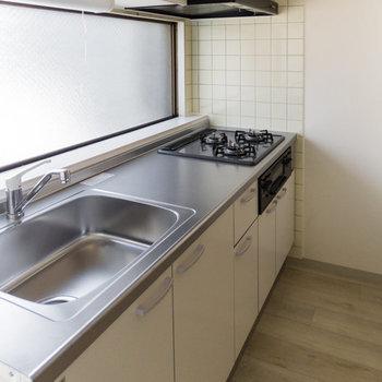 【DK】お料理自慢も納得のキッチン。冷蔵庫は右奥に。※写真は通電前のものです
