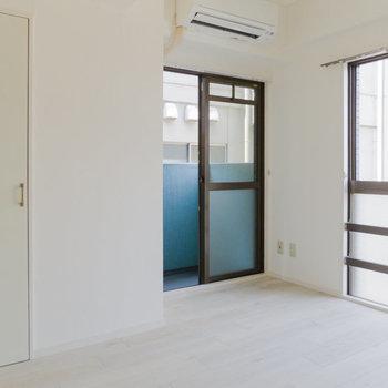 【4.5帖洋室】窓が多くて過ごしやすそう。※写真は通電前のものです