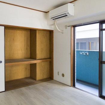 【6帖洋室】布団も余裕で入る大きな押し入れがあります。※写真は通電前のものです