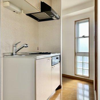 冷蔵庫はキッチン左手にどうぞ。