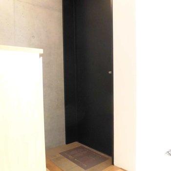 ドアはシックにブラックです※写真は別部屋です