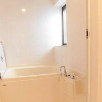 お風呂はすこしレトロ※写真は別部屋です