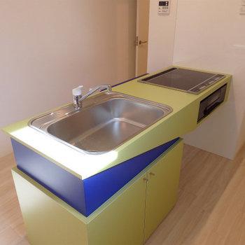 キッチンは、、、、なかなか奇抜なデザイン!3口のIHです ※写真は別部屋