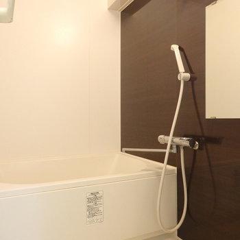 鏡付きの浴室。※写真は別部屋