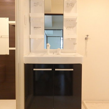 モノトーンの独立洗面台。※写真は別部屋