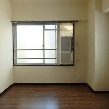 洋室にも窓あり。※写真は別部屋