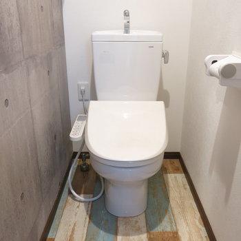トイレの床もかわいい!※写真は7階の反転間取り別部屋のものです