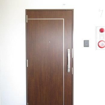 扉はシンプルさが際立ちます。
