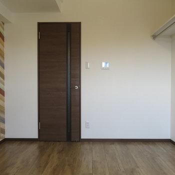 家具の位置によってお部屋の印象が変わりますね!※写真は7階の反転間取り別部屋のものです