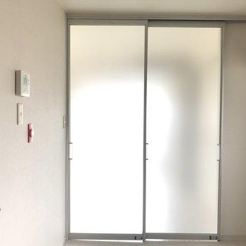 仕切ったら玄関から寝室が見えませんね※前回募集時の写真です。