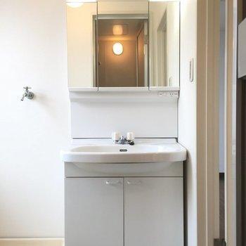 3面鏡の独立洗面台(※写真は別部屋)