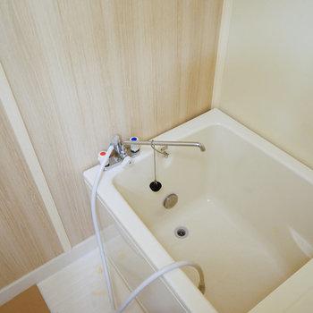 お風呂は木目調のシートを貼って統一感が出ています※写真は前回募集時のもの