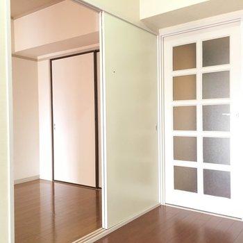 隣の部屋と、玄関の扉です