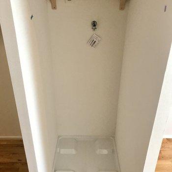 洗濯機置場は棚付き、のれんのポール付き。