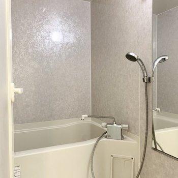 シャワーヘッドのかっこいいお風呂。(※写真は7階の反転間取り別部屋のものです)