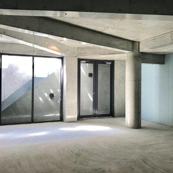 地下オフィスペースの内観