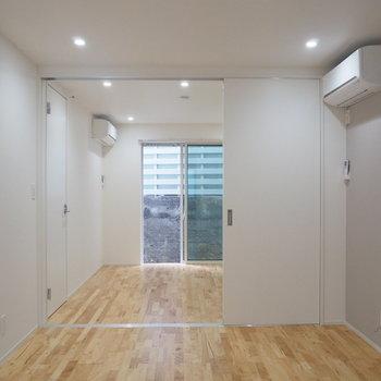 キッチン側から。寝室よりもリビングのほうが広め※写真は前回募集時のものです