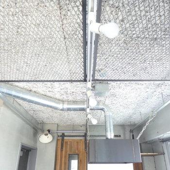 天井にはスケボーやサーフボード装飾可◎