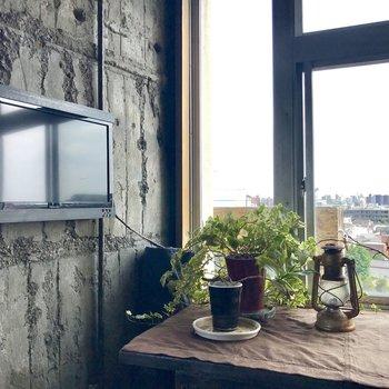 窓際は作業スペースに。※家具付き相談です