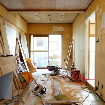 床が張り終わりました!※写真は403号室工事中です