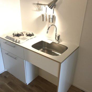 TOMOSオリジナルキッチンで、隣には冷蔵庫も棚も置けるスペースが。※前回募集時の写真です