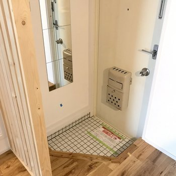 白いタイルの可愛い玄関はルーバーで中が見えない工夫を※前回募集時の写真です