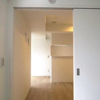 洋室から見えるキッチンのようす ※写真は同間取り別部屋