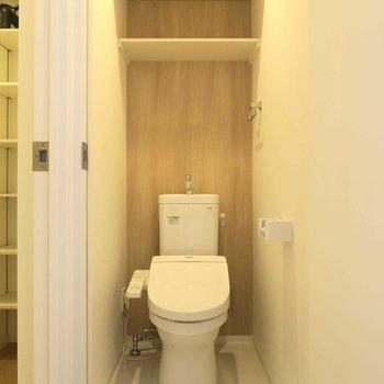 トイレの背面の木目がいい ※写真は同間取り別部屋