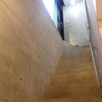 玄関入って階段を下っていきます。※写真は前回募集時のものです