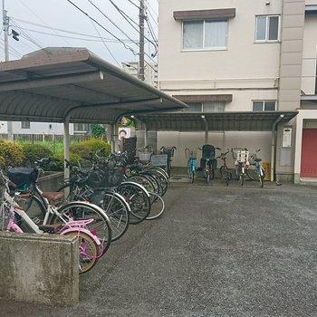 駐輪場は屋根付きですね。