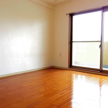 10階に注がれる日差し※写真は10階の反転間取り別部屋のものです