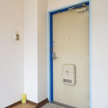 玄関はコンパクトです