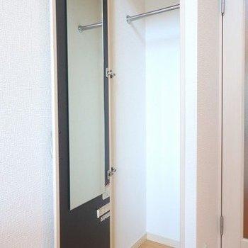 収納裏には鏡が付いています。レールもあるね!※写真は3階の反転間取り別部屋のものです