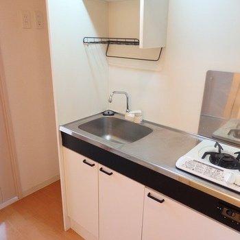 キッチンは小さめ。ガスコンロ1口。※写真は3階の反転間取り別部屋のものです