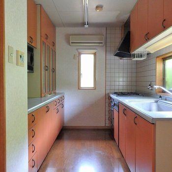 オーブン、レンジ、エアコンもついてます。