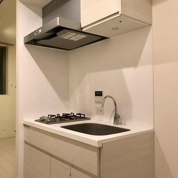 キッチンも白※写真はクリーニング前