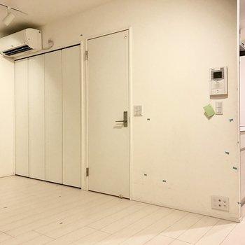 脱衣所への扉の右側にも置けそう※写真はクリーニング前