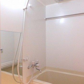 お風呂には浴室乾燥機が付いています。*写真は別部屋です