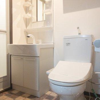 トイレの上には棚が付いているので、トイレットペーパーなどを置いてくださいね!