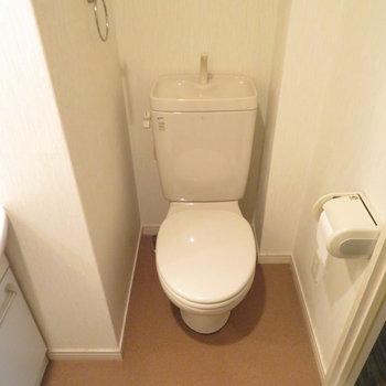 その隣にはトイレです(※写真は5階の同間取り別部屋のものです)