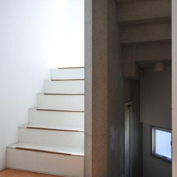 ちら室内の階段。おっしゃれ〜!
