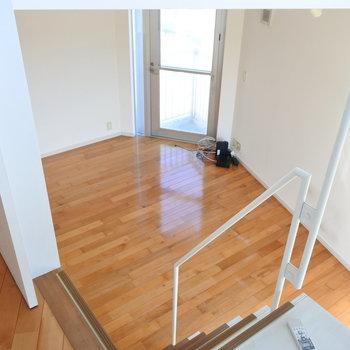 階段をとことこ上がるとほら穴空間へ。