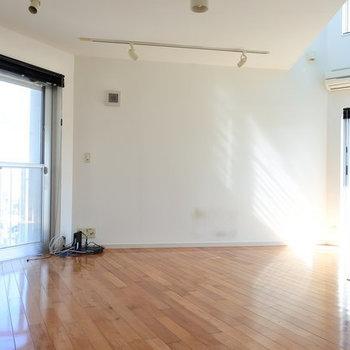 こちらは2階のリビング空間。白い壁が素敵なのです。