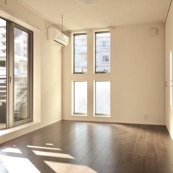 こちらは6帖洋室。1番お日様の光がはいる場所です。